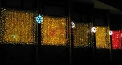 Плей-лайт с каждым пятым мерцающим диодом украшает фасад